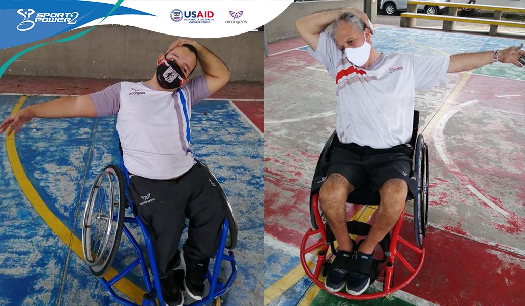 Imagen dividida, con un deportista en cada mitad. Ambos deportistas con discapacidad son usuarios de silla de uedas y estñan realizando estiramiento en su cuello y brazos.