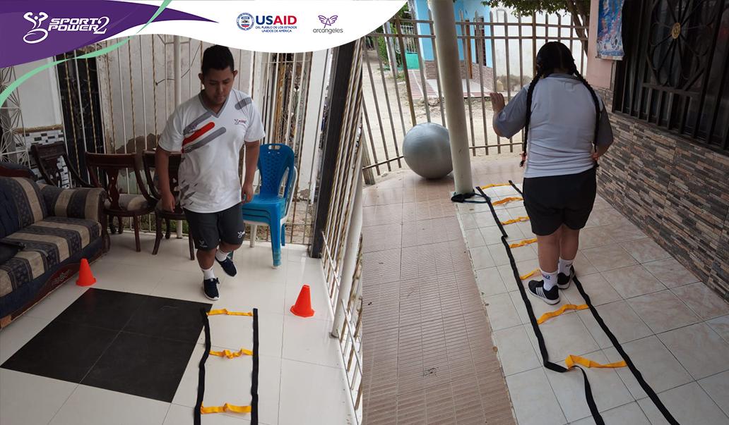 Imagen dividida, la primera parte muestra a un deportista en su casa, saltando en un pie sobre un obstaculo realizado con cintas, en la otra parte aparece una deportista saltando el mismo obstaulo con sus dos pies.